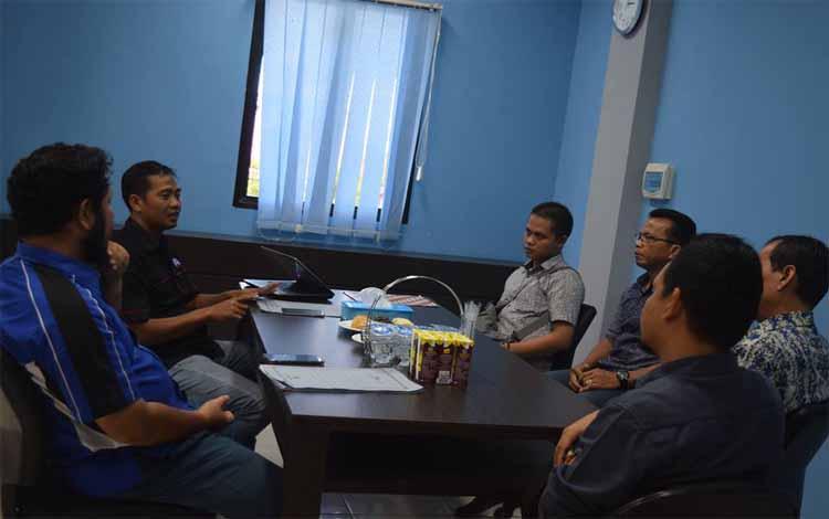 Pemred Palangka Post, Haris Sadikin dan Editor Borneonews.co.id, Rokim berdialog dengan para pejabat Kominfo Bartim, Rabu (10/4/2019)