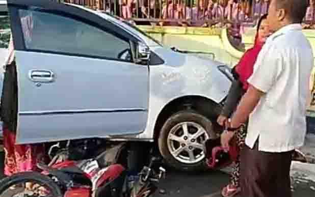 Tabrakan mobil dan sepeda motor di depan SDN 1 Mendawai, Rabu (10/4/2019) pagi.