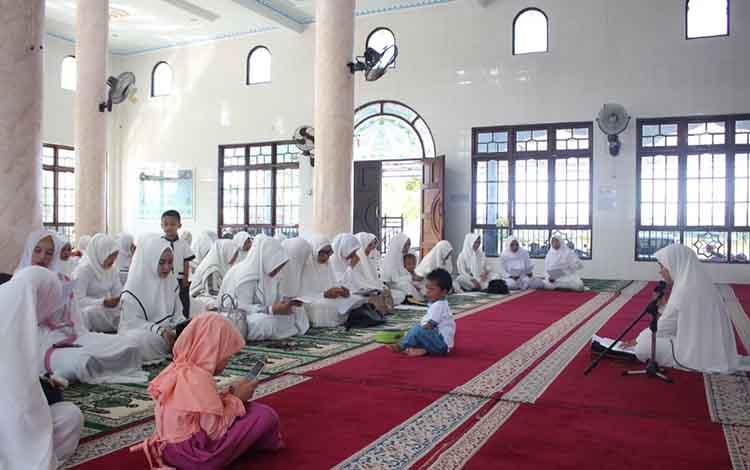 Anggota Bhayangkari Cabang Katingan menggrlar doa dan zikir bersama, Rabu (10/4/2019).