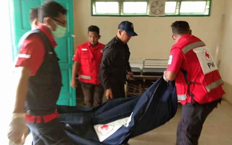 Petugas PMI Kotim saat mengevakuasi jasad korban.