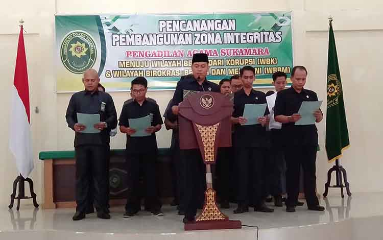 Pembacaan ikrar pencanangan pembangunan zona integritas menuju Wilayah Bebas dari Korupsi (WBK) dan Wilayah Birokrasi Bersih Melayani (WBBM) oleh wakil ketua PA Sukamara beserta petugasnya.