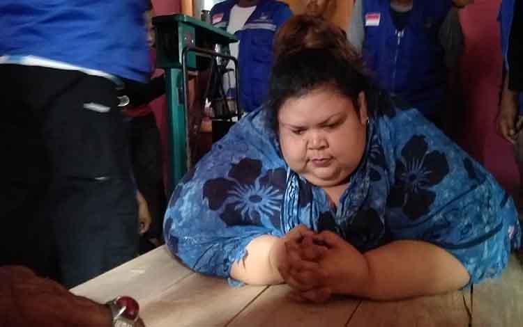 Titi Wati saat ditimbang oleh tim dokter dari RSUD Doris Sylvanus dibantu oleh tim Tagana