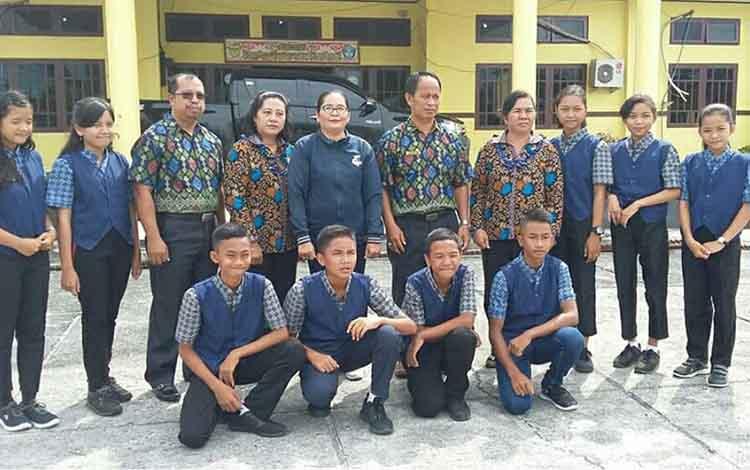 Kepala SMPN 1 Kurun, SMPN 2 Kurun, dan SMPN 2 Sepang bersama guru pendamping dan pelajar wakil Kabupaten Gumas pada ajang OSN SMP Provinsi Kalteng.
