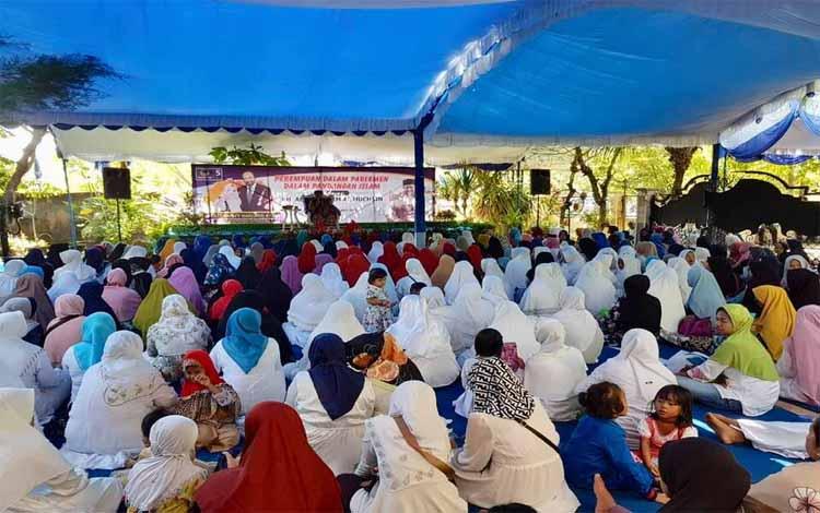 Para ibu-ibu sedang mengikuti kegiatan bertajuk \\\'Perempuan Dalam Parlemen Dalam Pandangan Islam\\\' di kantor DPW Nasdem Kalteng, Jumat (12/4/2019) sore