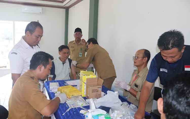 Suasana suntik meningitis untuk melengkapi syarat pembuatan visa jemaah calon haji di Masjid Al Mukarram Amanah, Kuala Kapuas, Jumat (12/4/2019).