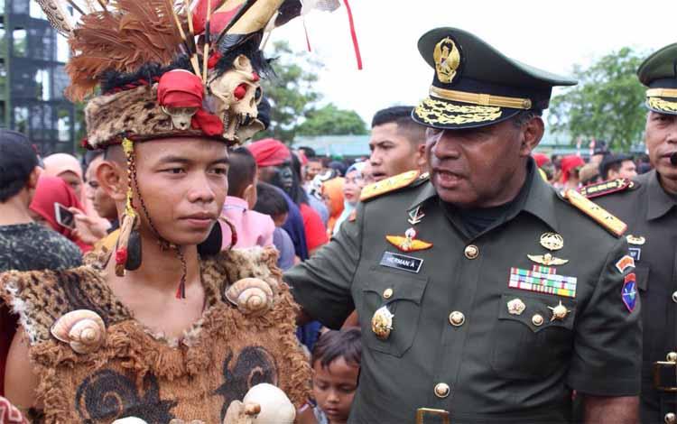 Panglima Kodam XII Tanjungpura bersama prajurit yang baru dilantik