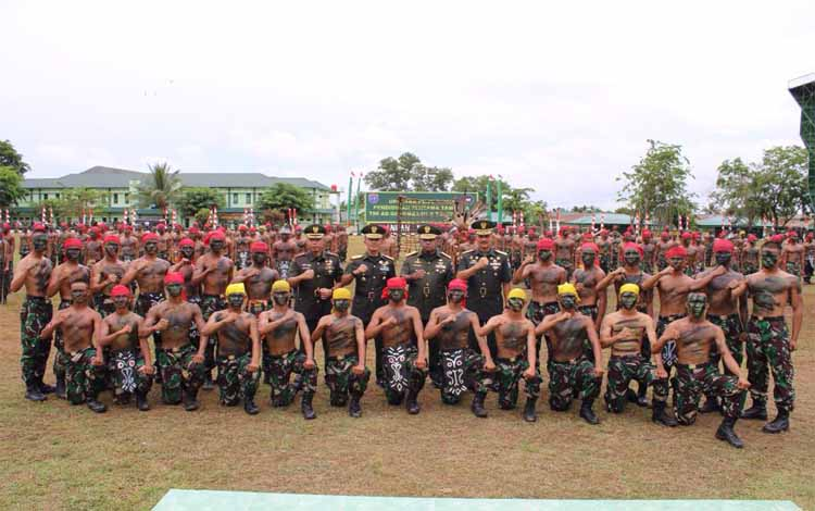 Panglima Komando Daerah Militer XII Tanjungpura, Mayor Jenderal TNI Herman Asaribab foto bersama den