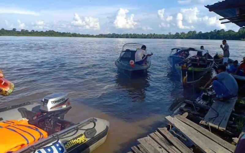 Proses pencarian korban tenggelam di Sungai Barito.