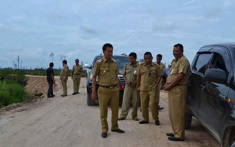Bupati Barito Utara Nadalsyah saat meninjuan pembangunan jalan bersama Kepala Dinas PUPR Ferry Kusmiadi, beberapa waktu lalu.