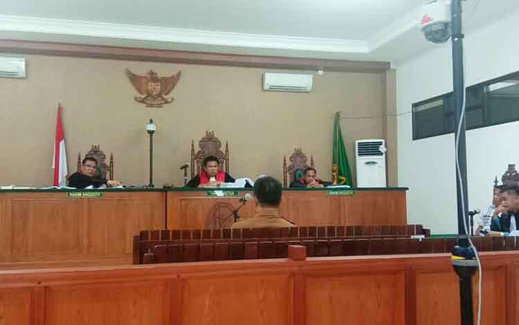 Mantan Kepala Bagian Hukum Setda Katingan, Elson Sianturi, saat menjadi saksi pada persidangan kasus korupsi Akhmad Yantenglie di Pengadilan Tipikor Palangka Raya, Senin (15/4/2019).