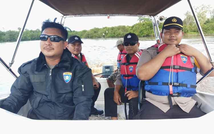 Kapolsek Bukit Batu Ipda Ahmad Wira Wisudawan (kanan) bersama anggotanya melakukan patroli perairan, Senin (15/4/2019).
