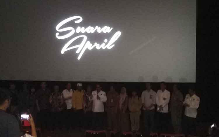 KPU Kalteng mengajak saat mengajak masyarakat nobar film Suara April di Palma 21, Kota Palangka Raya, Senin (15/4/2019).