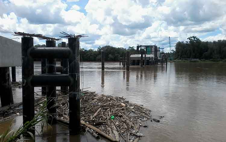 Sejumlah tiang pancang Jembatan Tumbang Samba di Kecamatan Katingan Tengah ini mengalami kerusakan akibat ditabrak tongkang