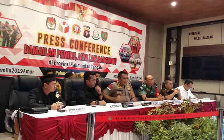 Konferensi pers persiapan pemilu di Polda Kalteng bersama KPU, Bawaslu, Danrem, Kajati, dan Kabinda, Senin (15/4/2019).