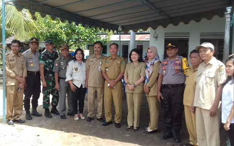Anggota PPK Kahayan Hilir foto bersama Wakil Bupati, Pulang Pisau, Camat Kahayan Hilir dan Tim Monitoring persiapan pemilu 2019