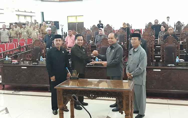 Ketua DPRD Kapuas Algrin Gasan menyerahkan rekomendasi LKPj kepala daerah 2018 kepada Bupati Kapuas Ben Brahim S Bahat, Selasa (16/4/2019)