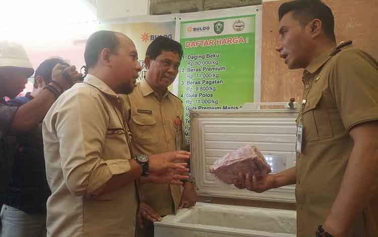 Kasi Komersil Dan Pengembang Bisnis Bulog Sub Divisi Regional Sampit Muhammad Azwar Fuad, saat menjelaskan kepada Bupati Kotim Supian Hadi terkait daging beku yang dijual mereka.