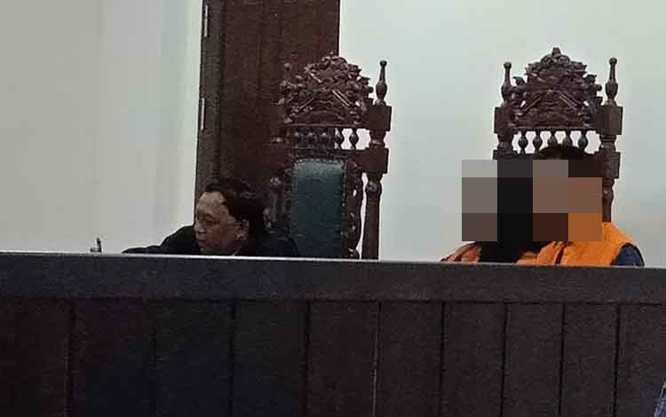 Sur dan RD alias Ri saat menjalani sidang didampingi penasihat hukumnya di Pengadilan Negeri Sampit.