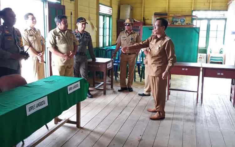 Bupati Sakariyas memantau TPS di Desa Samba Bakumpai Kecamatan Katingan Tengah, Selasa (16/4/2019).