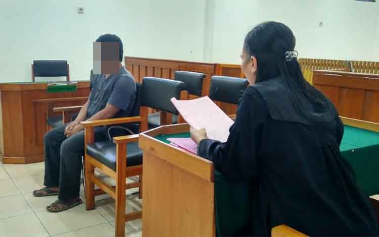 Ton menjalani sidang pertamanya di Pengadilan Negeri Palangka Raya, Selasa (16/4/2019)
