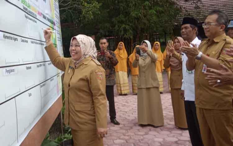 Bupati Kobar Nurhidayah saat menandatangani deklarasi sekolah ramah anak di SMAN 3 Pangkalan Bun