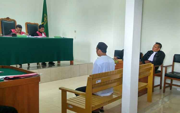 Terdakwa Fad saat menjalani persidangan di Pengadilan Negeri Palangka Raya.
