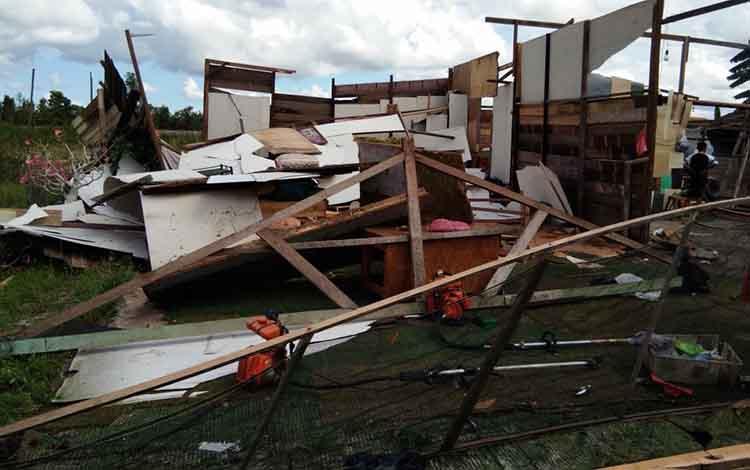 Rumah yang ambruk diterjang puting beliung.