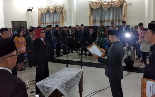 Wali Kota Palangka Raya Fairid Naparin melantik  Hera Nugrahayu menjadi Sekda Kota di Aula Peteng Karuhei II, Senin (15/4/2019).