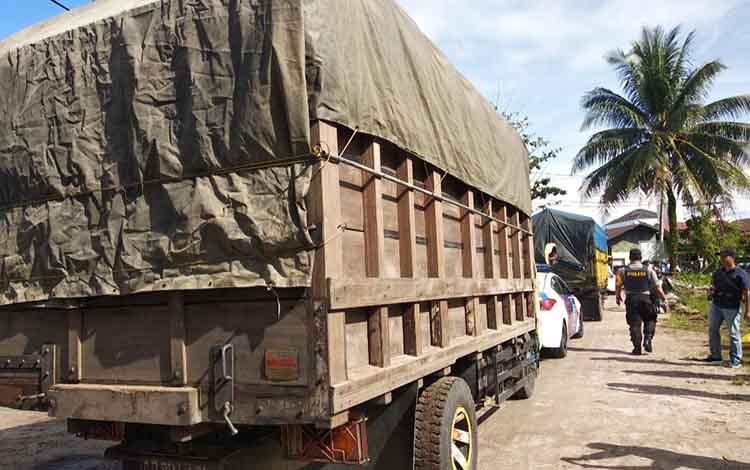 Truk mengantarkan logistik pemilihan umum di halaman kantor KPU Kota Palangka Raya.
