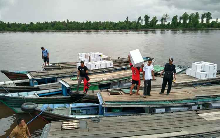 Sejumlah kotak suara saat diangkut ke dalam kelotok untuk didistribusikan ke sejumlah desa di Kecamatan Pulau Hanaut, Selasa (16/4/2019).
