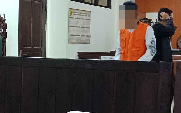 AMM, terdakwa kasus jambret usaijalani sidang di Pengadilan Negeri Sampit.