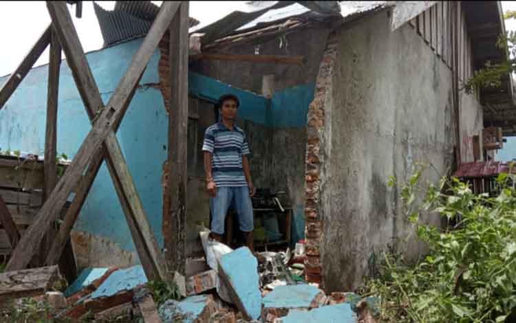 Dinding barakan yang berada di Jalan Abdul Ancis Gang Pipit RT 10 Kelirahan Sidorejo yang tersambar petir Senin (15/4/2019) sekitar pukul 20.00 WIB.