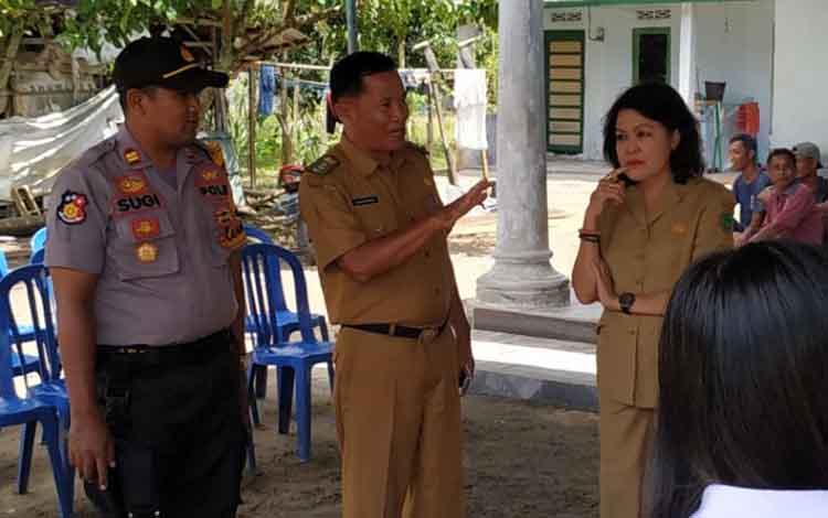 Camat Kahayan Hilir dan Kapolsek Kahayan Hilir saat dampingi Wabup Pulang Pisau memantau TPS.