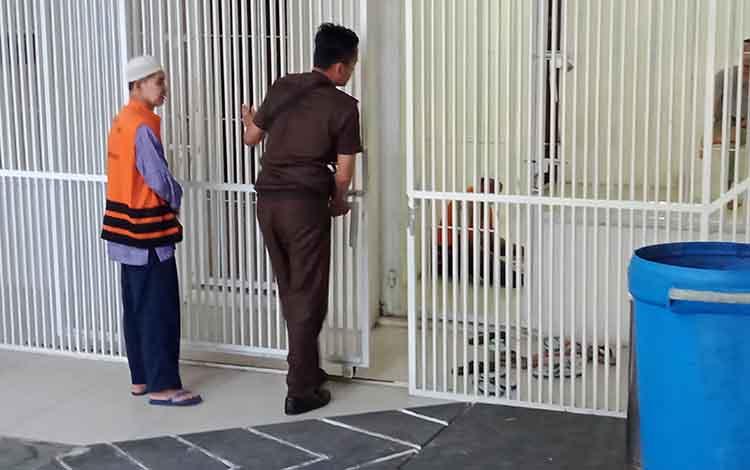 SZ, terdakwa kasus KDRT saat dimasukan ke sel oleh petugas.