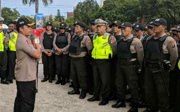 Kapolres Palangka Raya AKBP Timbul Rein Krisman Siregar saat mengatur pasukan untuk pengamanan pemilu, beberapa waktu lalu.
