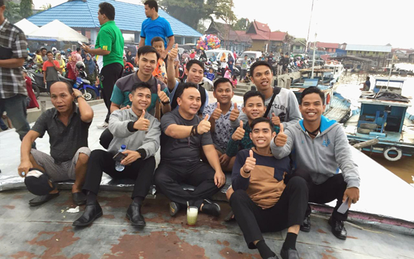 Gubernur Kalteng Sugianto Sabran menyatu dengan kaum milenial yang sedang santai di Pelabuhan Rambang, Kota Palangka Raya, Jumat (19/4/2019).