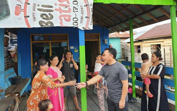 Gubernur Kalteng Sugianto Sabran menyambangi warga Pahandut Seberang, Kota Palangka Raya, Jumat (19/4/2019).