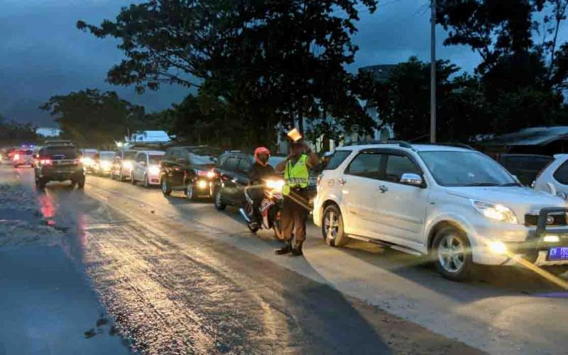 Personel Polres Palangka Raya terlihat mengatur lalu lintas untuk mempermudah masyarakat menuju TPU, Sabtu (20/4/2019).