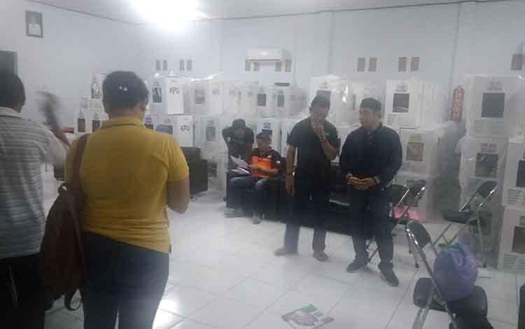 Bupati Bartim Ampera AY Mebas meninjau pelaksanaan rekapitulasi di Kecamatan Dusun Timur.