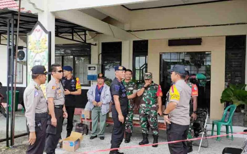 Kapolres Palangka Raya, AKBP Timbul Rein Krisman Siregar dan perwira lainnya melakukan pemantauan penghitungan suara di PPK, Sabtu (20/4/2019).