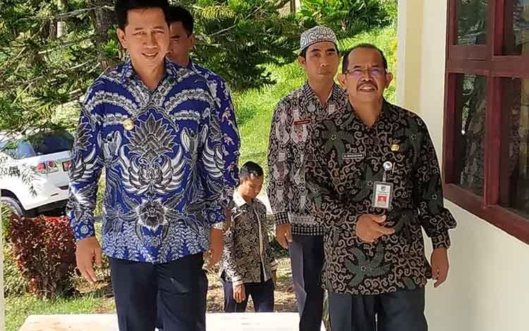Bupati Barito Utara, Nadalsyah (kiri) dan Kepala Dinas Pendidikan, Kabupaten Barito Utara, Masdulhaq memantau pelaksanaan UNBK tingkat SMP/MTs, Senin (22/4/2019).