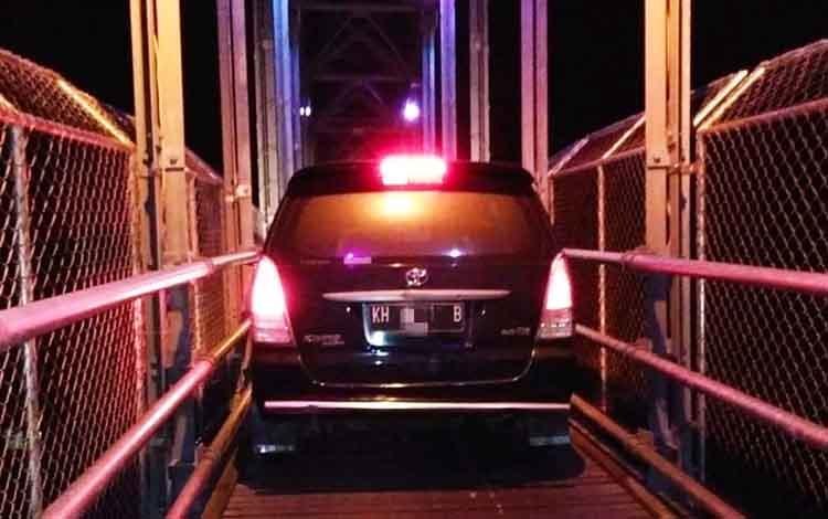 Sebuah mobil melintas jembatan cukai