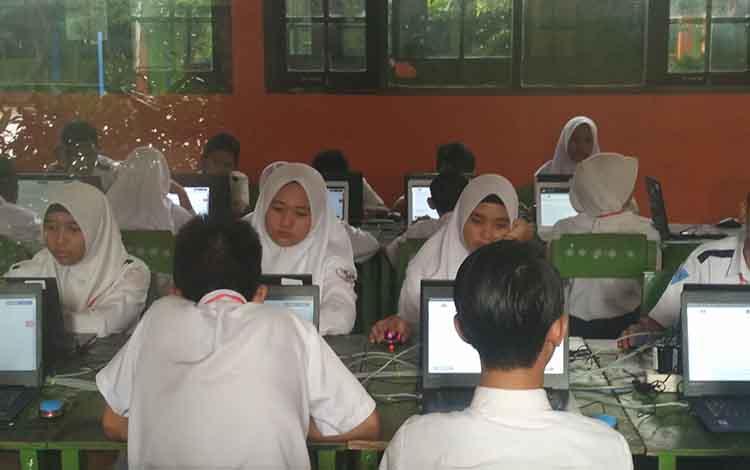 Sejumlah siswa SMPN II Sampit, saat melaksanakan UNBK, Senin (22/4/2019).