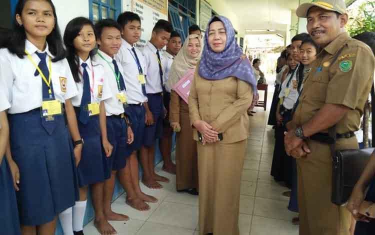 Kepala Dinas Pendidikan Pulang Pisau,  Aminah didampingi Kabid Pendidikan Dasar memantau pelaksaan ujian nasional di Kahayan Tengah, Senin (22/4/2019).