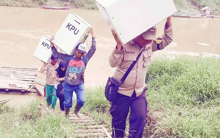 Personel Polres Barito Utara mengawal logistik Pemilu dari PPS menuju PPK.