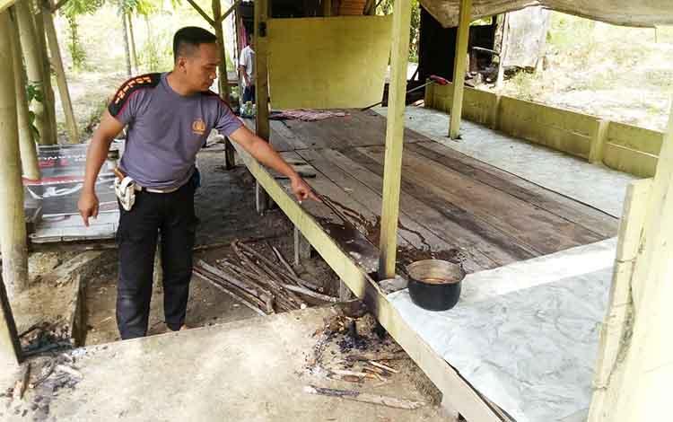 Anggota Polres Barito Utara beserta warga saat mengamankan pelaku percobaan pembakaran pondok.