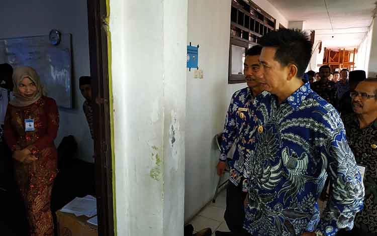 Bupati barito Utara, H Nadalsyah bersama wakil Bupati Sugianto Panala Putra didampingi Kepala Dinas Pendidikan H Masdulhaq ketika memantau pelaksanaan UNBK tingkat SMP/MTs tahun 2019.