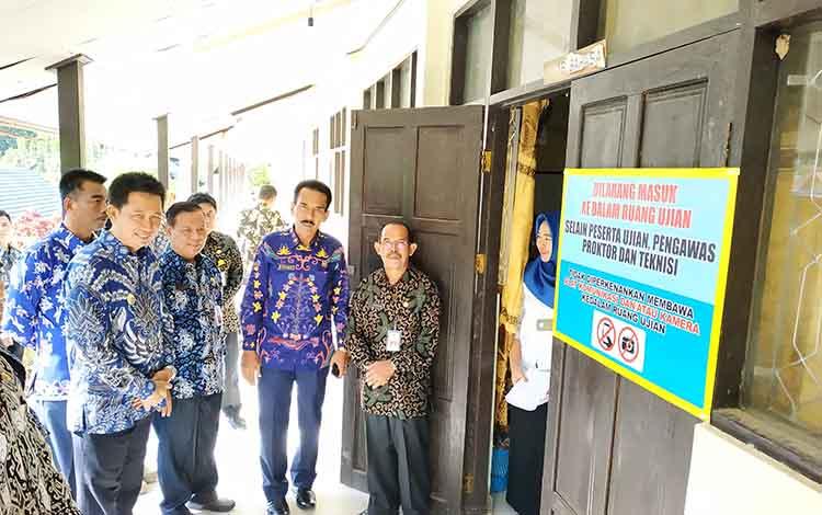 Bupati barito Utara, Nadalsyah bersama Wakilnya Sugianto Panala Putra memantau pelaksanaan UNBK tingkat SMP/MTs, Senin (22/4/2019)