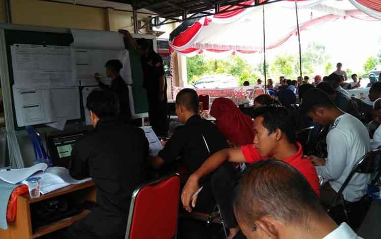 Proses rekapitulasi suara Panitia Pemungutan Kecamatan (PPK) di Kalimantan Tengah