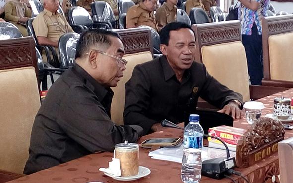 Anggota DPRD Kabupaten Seruyan Lewis M Bangas (kiri) sedang berbincang dengan rekannya sesama anggota dewan.